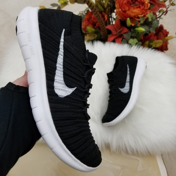 39890c07a7ba Nike RN Motion Flyknit Women s Running Shoes. M 5b909866534ef989a2d187d8
